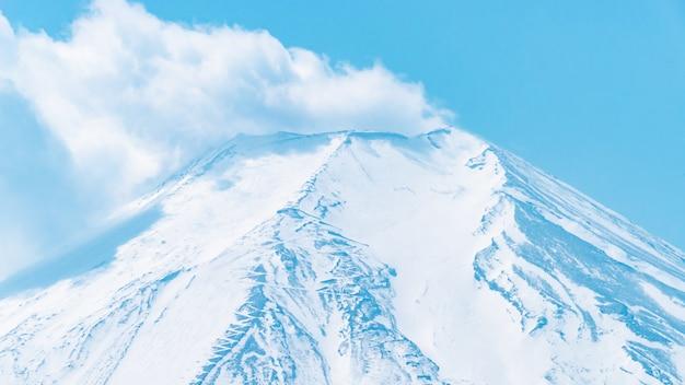 Nube di eruzione dalla cima del monte fuji da oshino hakkai villgage. Foto Premium