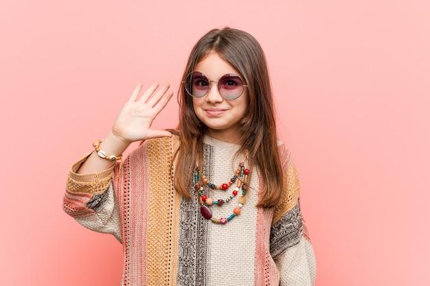 Numero cinque di mostra allegro sorridente della piccola ragazza del hippie con le dita. Foto Premium