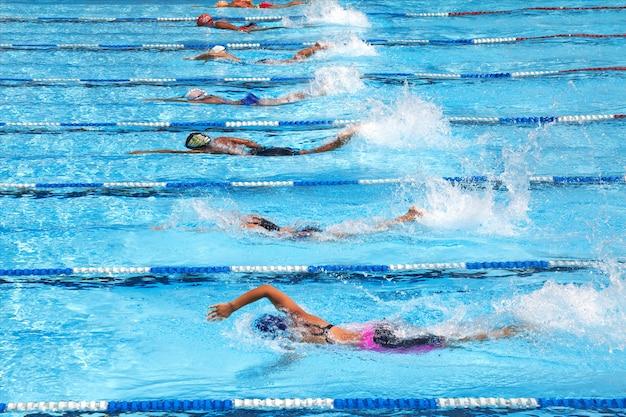 Nuotando nella piscina Foto Premium