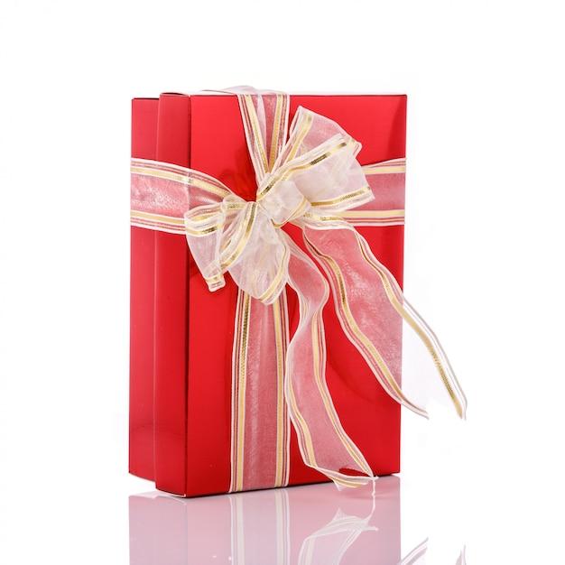 Nuova confezione regalo di colore con nastro. Foto Premium