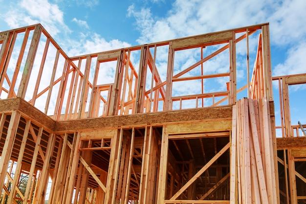 Nuova costruzione incorniciata di una casa costruire una nuova inquadratura di una casa, full frame Foto Premium