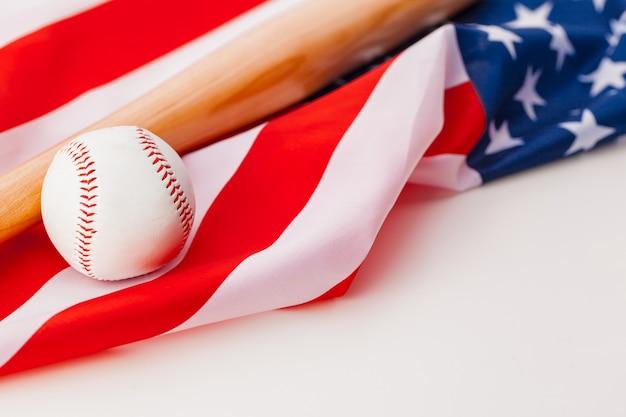Nuova palla da baseball sulla bandiera americana Foto Premium