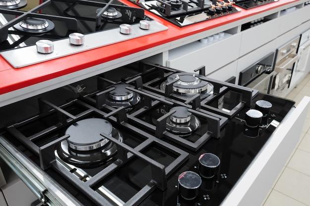 Nuovi pannelli per fornelli a gas nel negozio di elettrodomestici Foto Premium