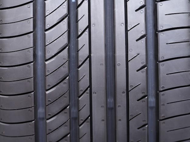 Nuovi pneumatici nel servizio di installazione pneumatici. Foto Premium