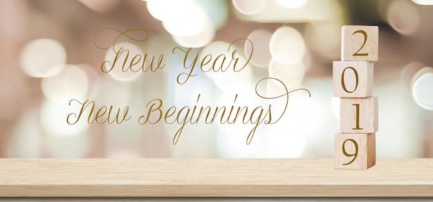Nuovo anno nuovi inizi, 2019 citazione positiva su sfocatura sfondo astratto Foto Premium