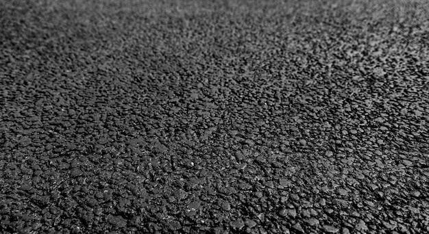 Nuovo asfalto, superficie granulosa stradale. focalizzazione morbida Foto Premium