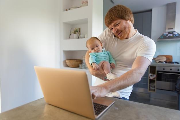 Nuovo papà positivo che tiene bambino in armi Foto Gratuite