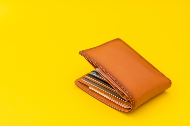 Nuovo portafoglio da uomo in pelle marrone su giallo Foto Premium