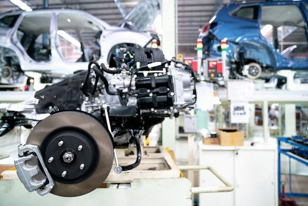 Nuovo sistema di frenatura nei motori fabbricati durante il montaggio nel centro assistenza Foto Premium