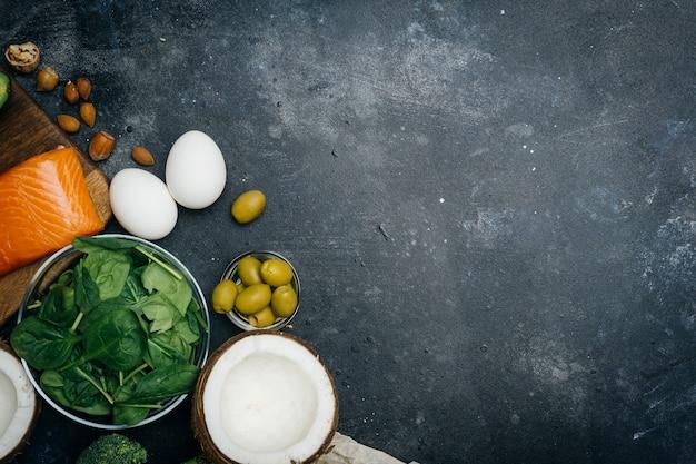 Nutrizione sana con prodotti a basso contenuto di carboidrati e grassi Foto Premium