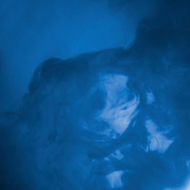 Nuvola astratta tra foschia blu Foto Gratuite