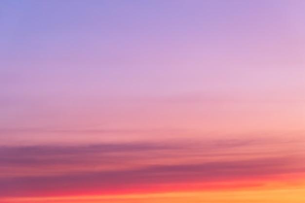 Nuvola rosa e luce rosa del sole attraverso le nuvole con lo spazio della copia Foto Premium