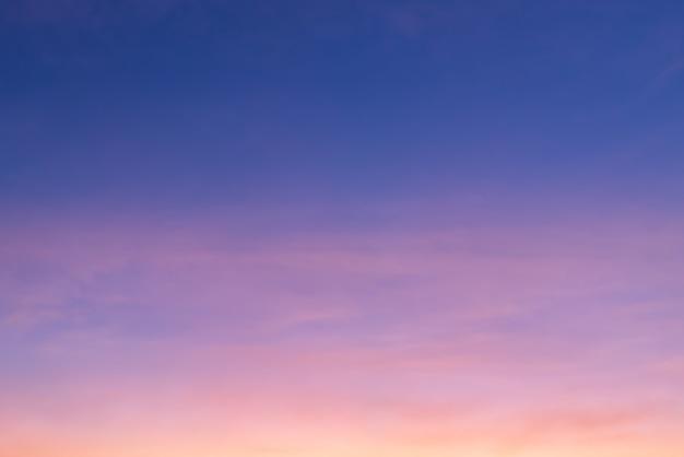 Nuvola rosa e luce rosa del sole attraverso le nuvole e il cielo blu con spazio di copia Foto Premium