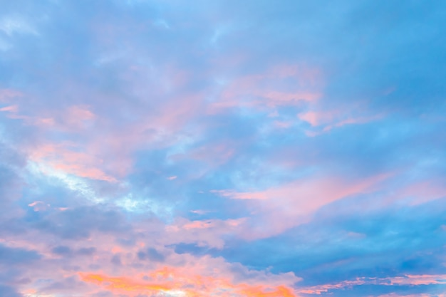 Nuvola sul cielo nei tempi del crepuscolo Foto Gratuite