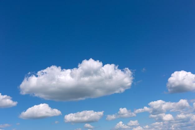 Nuvole bianche su un cielo blu Foto Premium