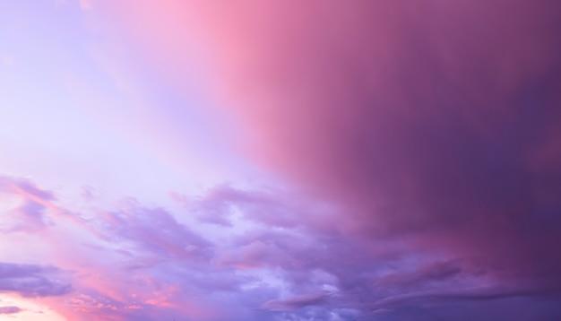 Nuvole colorate sul cielo al tramonto Foto Premium