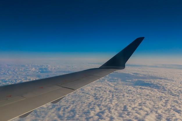 Nuvole del cielo dell'ala dell'aeroplano Foto Premium