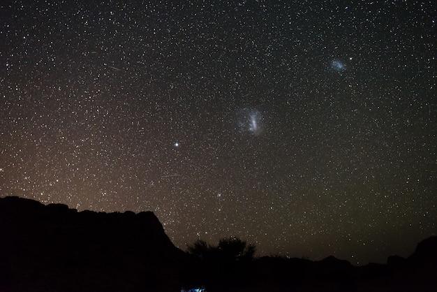 Nuvole di magellano astro cielo stellato, notte della namibia, africa. avventura nella natura selvaggia. Foto Premium