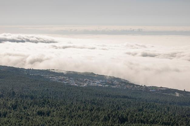 Nuvole e montagna del colpo dell'angolo alto da sopra Foto Gratuite