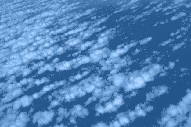 Nuvole e vista del cielo dalla finestra dell'aeroplano. trama monocromatica astratta. colore blu e calmo alla moda. copia spazio Foto Premium