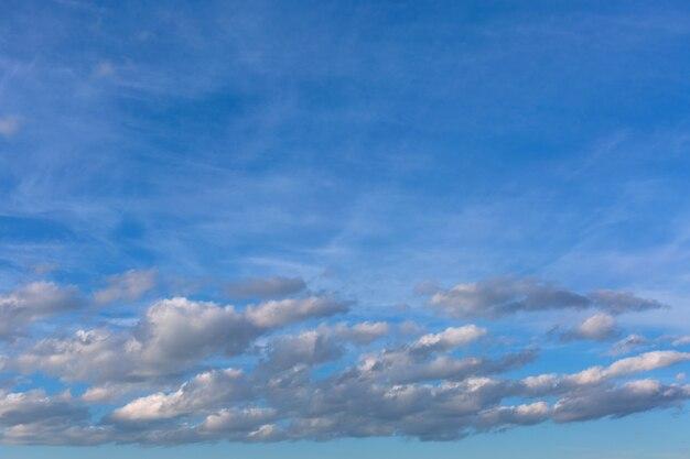Nuvole grigie su cielo blu. Foto Premium
