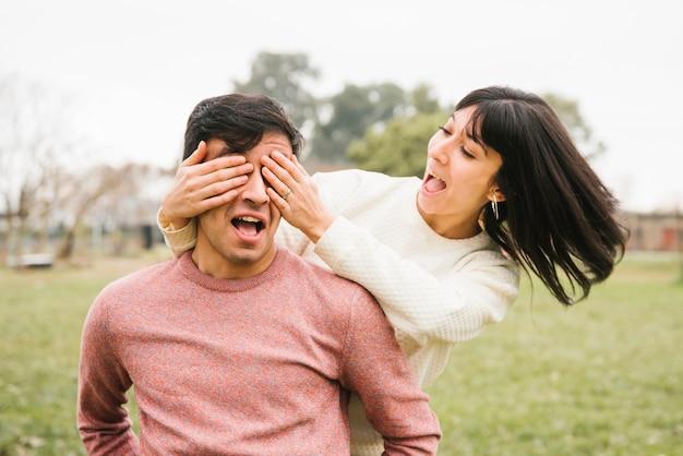 Occhi di chiusura della donna felice dell'uomo con le mani Foto Gratuite