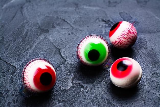 Occhi di gelatina su oscurità Foto Premium