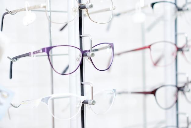 Occhiali alla moda in cornice alla moda. Foto Premium