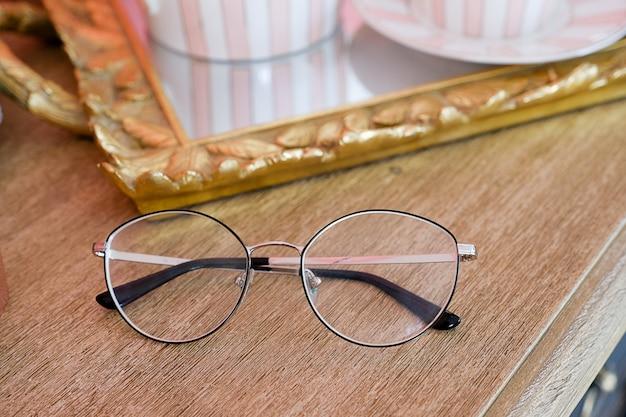 Occhiali cerchiati di nero con lenti in vetro Foto Premium