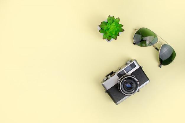 Occhiali da sole con macchina da presa su uno sfondo giallo Foto Premium