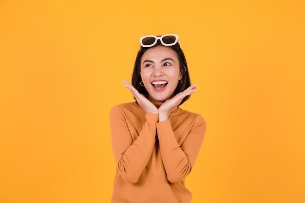 Occhiali da sole da portare della bella donna felice Foto Premium