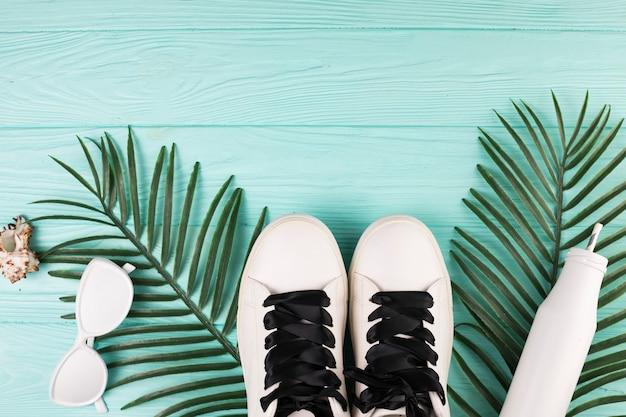 Occhiali da sole e scarpe di colore bianco Foto Gratuite