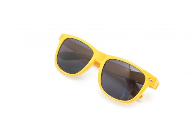 Occhiali da sole gialli su sfondo bianco Foto Premium