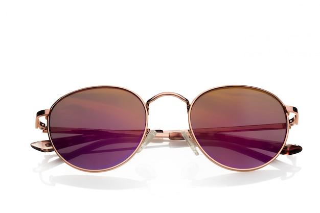 Occhiali da sole isolati contro bianco Foto Premium