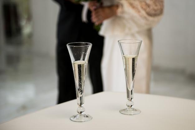Occhiali da sposa. champagne bevente dello sposo e della sposa alla festa nuziale. Foto Premium