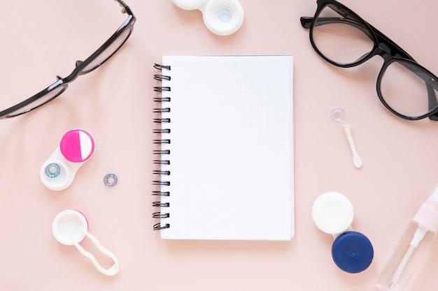Occhiali e oggetti ottici con mock-up per notebook Foto Gratuite