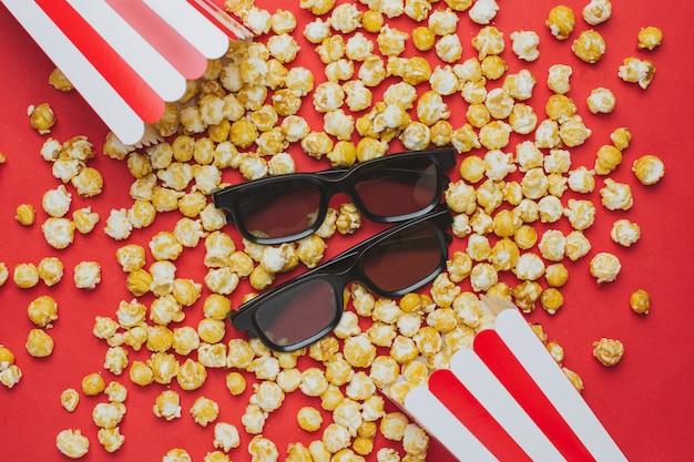 Occhiali e popcorn sulla vista superiore rossa Foto Premium