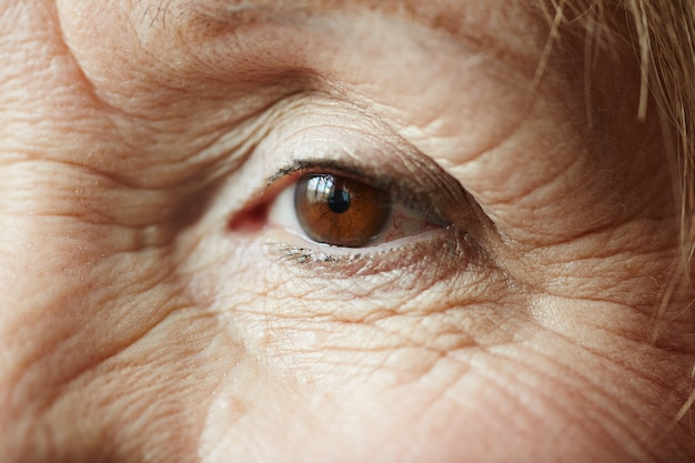 Occhio femminile di donna anziana Foto Gratuite
