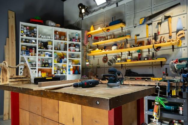 Officina di carpenteria dotata degli strumenti necessari Foto Premium