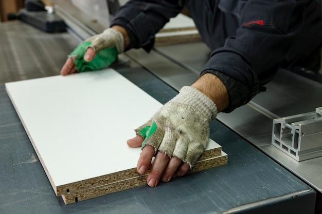 Officina di lavorazione del legno con macchine, strumenti, dispositivi per la lavorazione di prodotti in legno. Foto Premium
