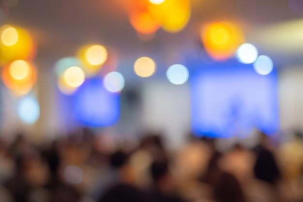 Offuscata i partecipanti all'incontro, alla conferenza e all'evento sul palco Foto Premium