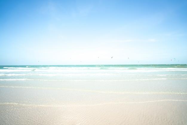 Offuscata il mare e kitesurf con cielo blu. concetto di vacanza estiva Foto Premium