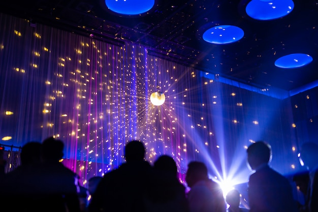 Offuscata scena notturna di concetto in concerto festa con pubblico e illuminazione a led colorati. Foto Premium