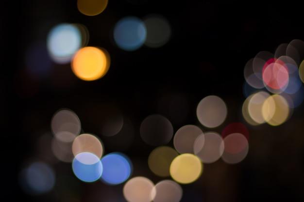 Offuschi l'immagine della luce e del traffico dell'automobile nella città per fondo astratto Foto Premium