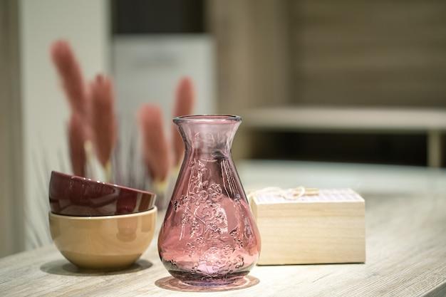 Oggetti decorativi all'interno, un bellissimo vaso sul tavolo. Foto Gratuite