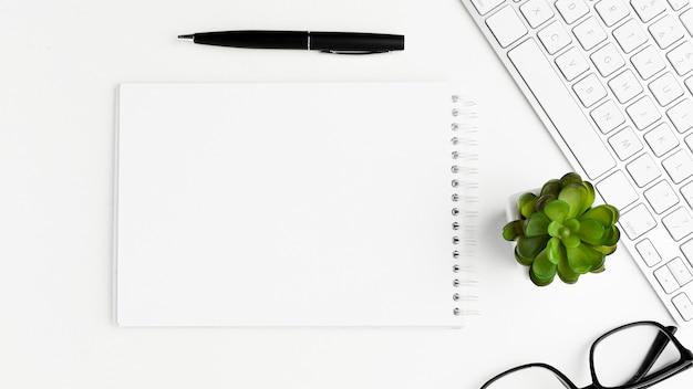 Oggetti dello scrittorio di vista superiore su fondo bianco Foto Gratuite