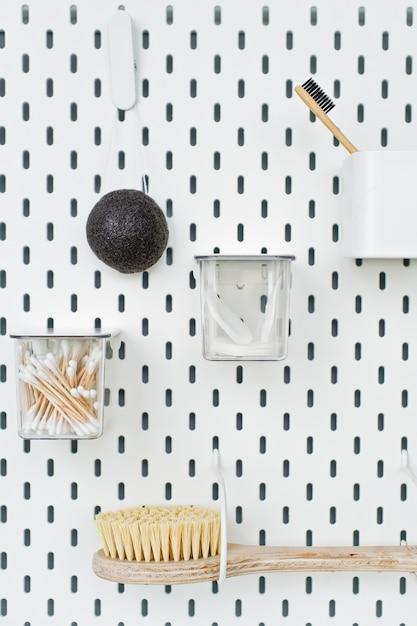 Oggetti di igiene personale su bianco, vista dall'alto, copyspace a destra, concetto di plastica gratis, zero spreco Foto Premium