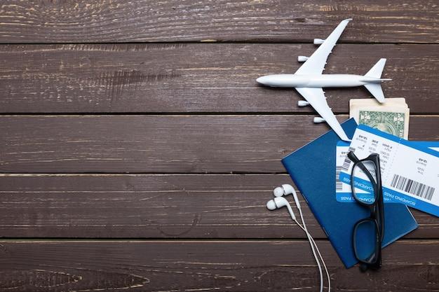Oggetti viaggiatore sulla tavola di legno Foto Premium