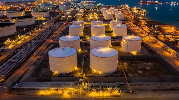 Oil terminal è una struttura industriale per lo stoccaggio di prodotti petroliferi e petrolchimici pronti per il trasporto a ulteriori impianti di stoccaggio, vista aerea. Foto Premium