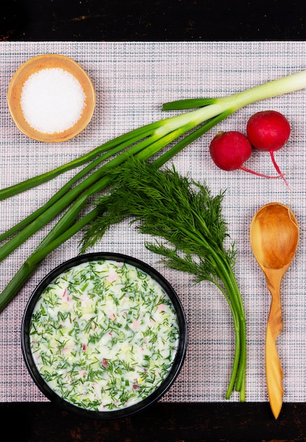 Okroshka zuppa fredda estiva russa da verdure, verdure, kvas e kefir sul tavolo Foto Premium